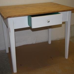Biely vidiecky stôl