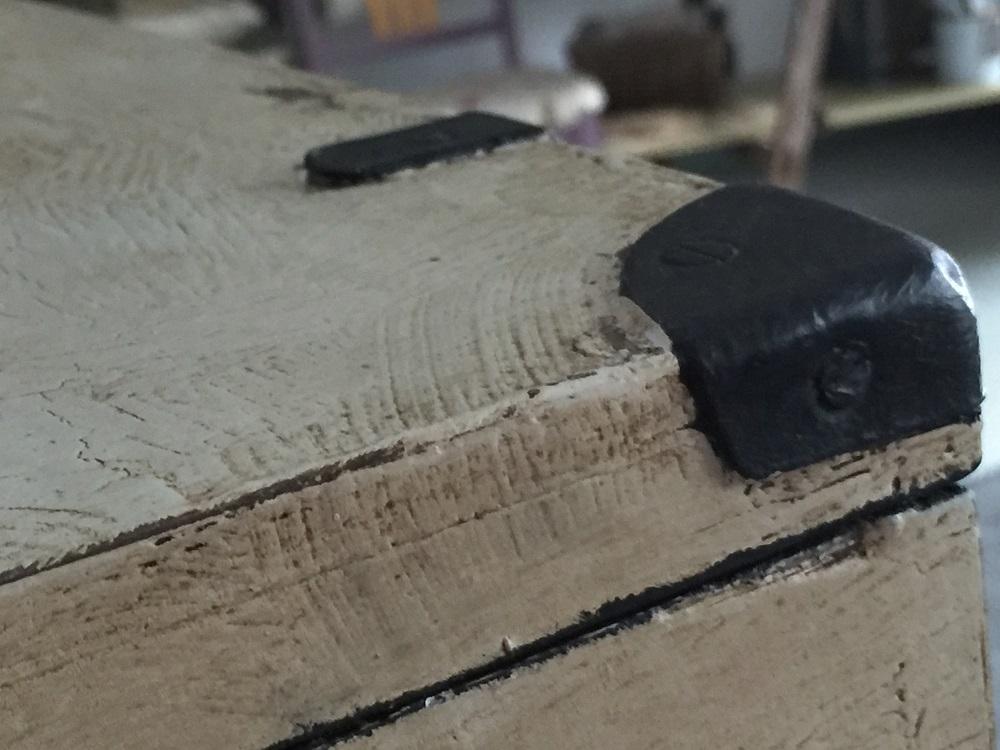 Patina na nábytku s použitím tmavého vosku a Chalk Paint™