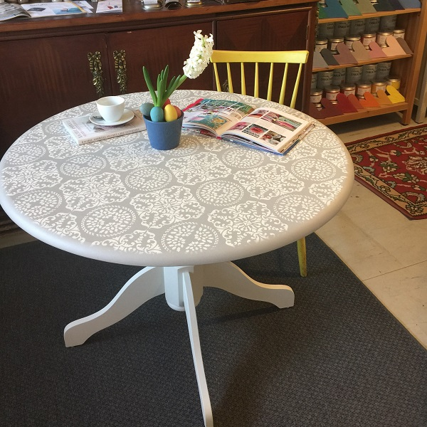 Jedálenský elegantný stôl