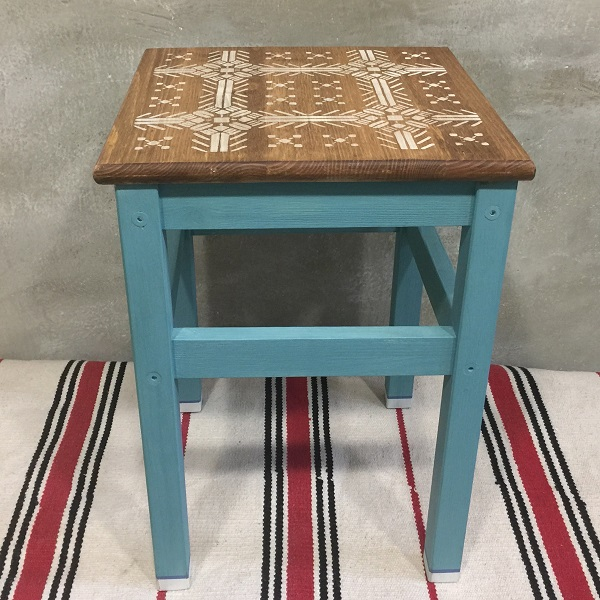 Moderný maľovaný stolček