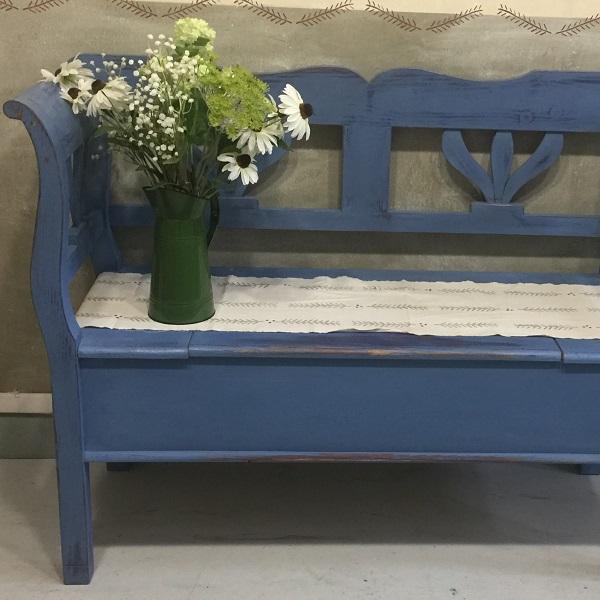 Modrá vidiecka lavička